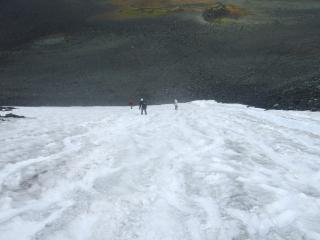 Abfahrt über ein Schneefeld